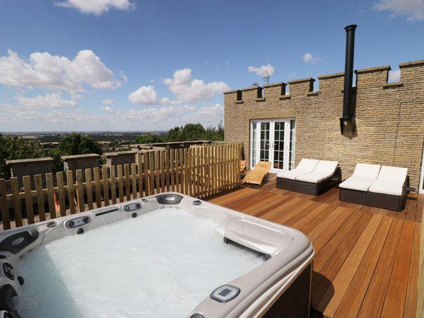 Castle Top Retreat, Nettleton with hot tub