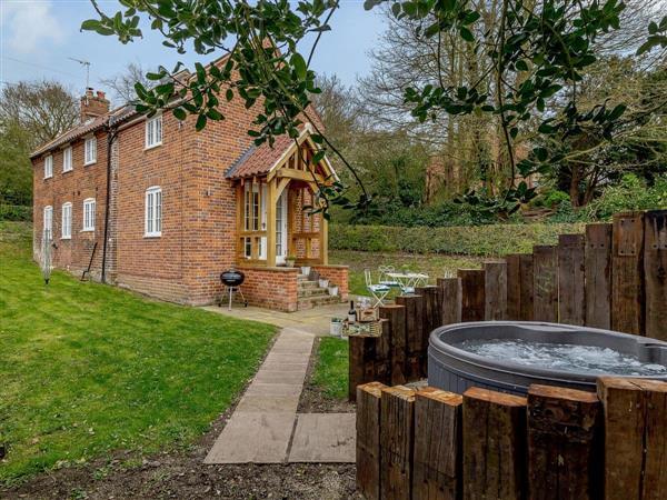 Geldeston Cottages - Toffee Cottage, Geldeston, near Beccles, Norfolk with hot tub