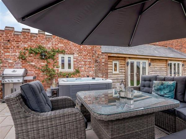 Salhouse Hall - Deer View Cottage, Salhouse, near Norwich, Norfolk with hot tub
