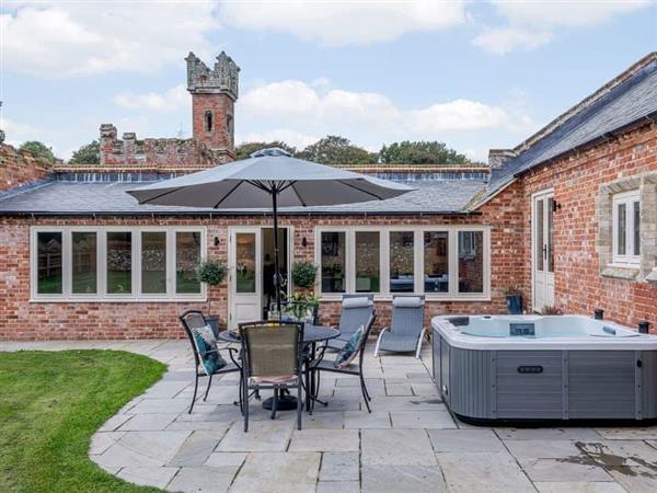 Salhouse Hall - Enchanted Cottage, Salhouse, near Norwich, Norfolk with hot tub