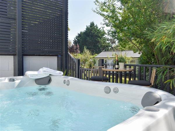 The White House Retreat, Worthing, West Sussex with hot tub
